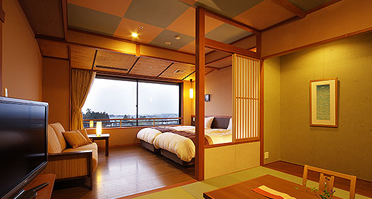 配置淋浴室的现代日西混合客房